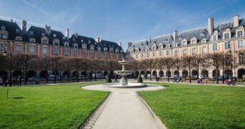 place-des-vosges-jardin-paris-900x500